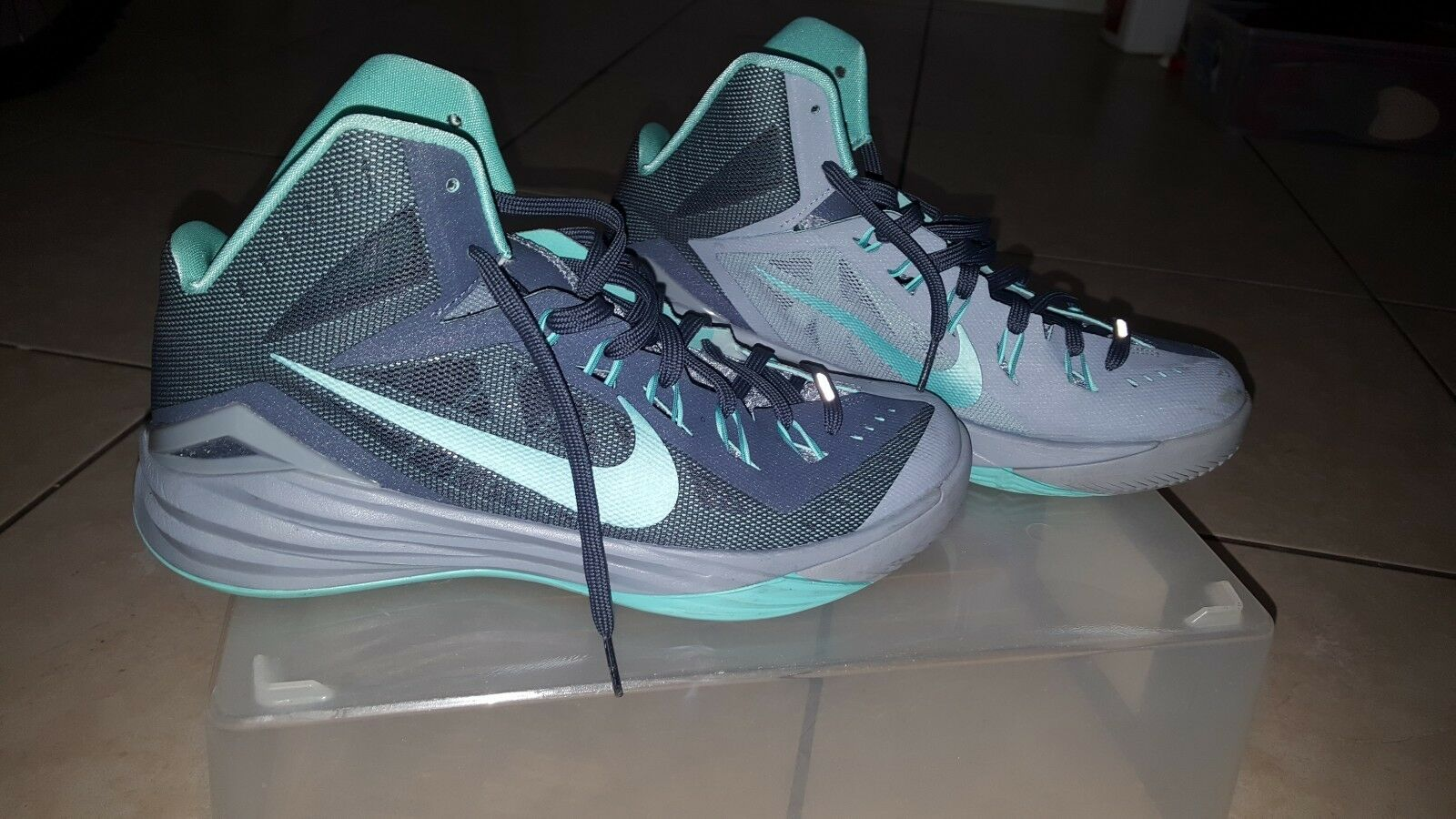 Nike hyperdunk basketball shoes size 9 turquoise shirt & dark grey with shirt turquoise and hat 43681b