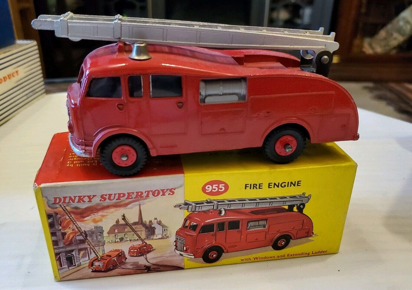 DINKY SUPERTOYS FIRE ENGINE 955 EXTENDING LADDER, WINDOWS, TOP OF BOX. ENGLAND