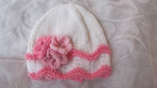 HAND KNITTED BABY BEANIE HAT WHITE WAVY EDGE WITH PINK TRIM FLOWERS NB 18//24 MT
