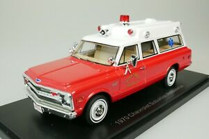 CHEVROLET-SUBURBAN-AMBULANCE-HILLSIDE-FIRE-1970-ROT-WEISS-1-43-NEO-47246-NEU