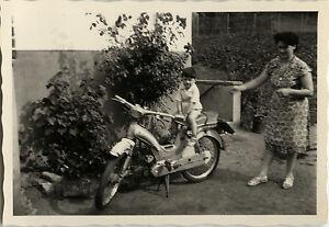 photo ancienne vintage snapshot mobylette v lomoteur moto enfant dr le ebay. Black Bedroom Furniture Sets. Home Design Ideas