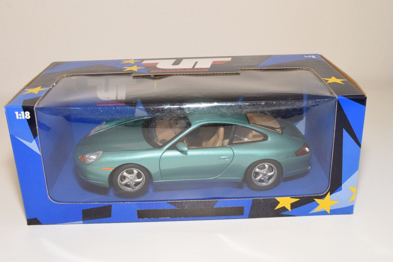 @ 1 18 UT MODELS PORSCHE 911 996 CARRERA 1998 METALLIC GREEN MINT BOXED