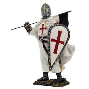 Templerritter in weißer Rüstung trägt Flagge rotes Templerkreuz