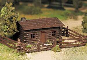 BACHMANN-PLASTICVILLE-LOG-CABIN-w-FENCE-O-GAUGE-KIT