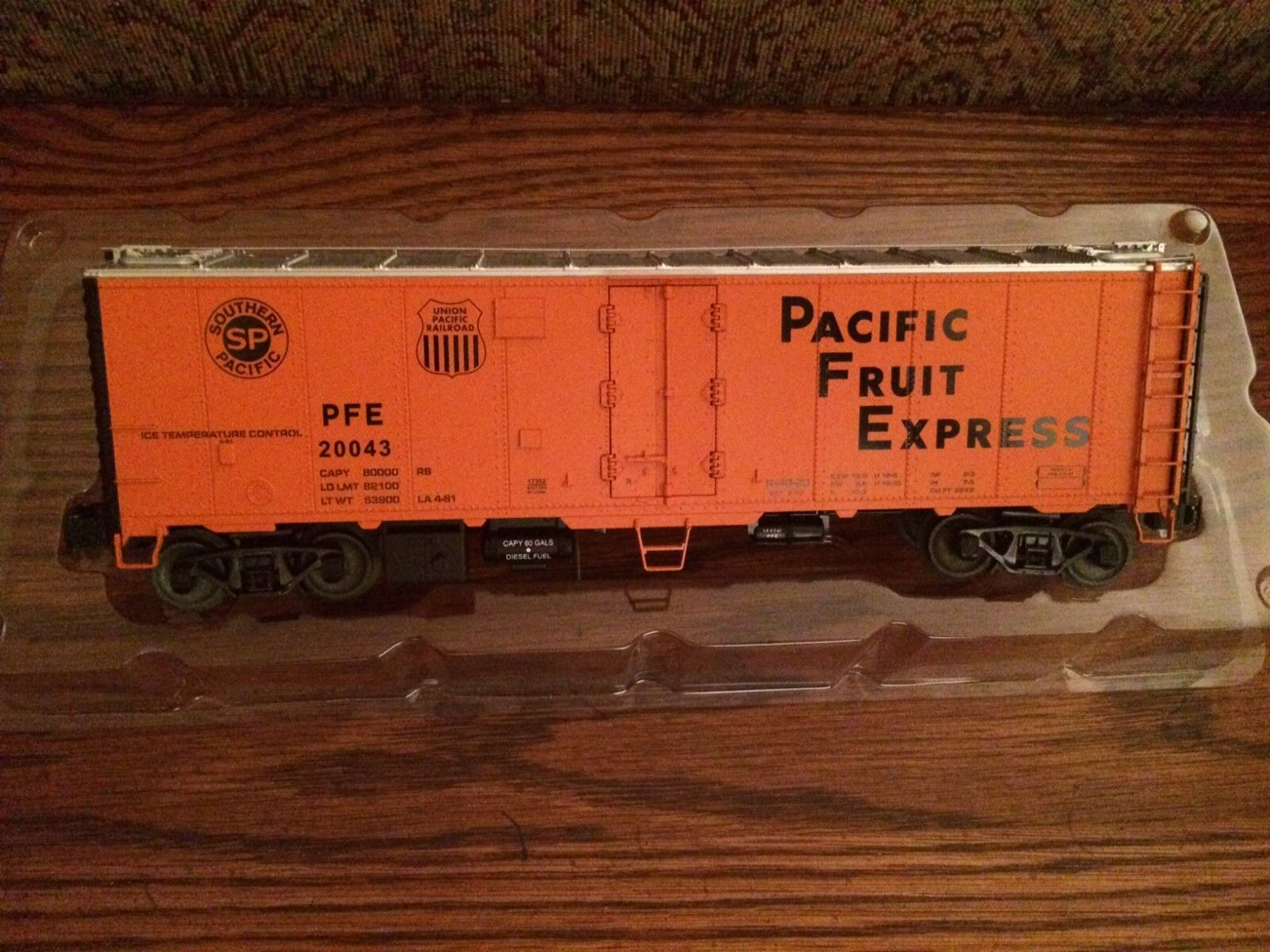 Lionel 17352 Pacific Fruit Express Steel Sided Reefer Nuovo in worn Box