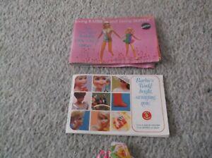 2 Vintage Barbie Brochures C1960s Tenues 4 Barbie Chrissie & Blue Label Tenues-afficher Le Titre D'origine