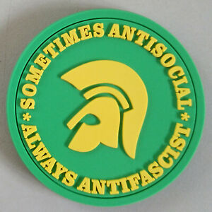 sometimes-antisocial-always-antifascist-soft-PVC-Kuehlschrankmagnet-gruen