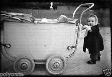 Enfant bébé poussant son landau parc Paris - Ancien négatif photo an. 1940