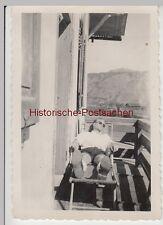 (F12112) Orig. Foto Mann liegt auf der Veranda, Ort in den Bergen, 1930er