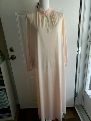 Vintage vanity fair nightgown Size 34 Ruffle Neck