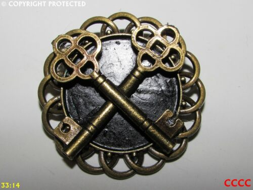 Steampunk jewellery badge brooch pin crossed keys locksmith blacksmith pub