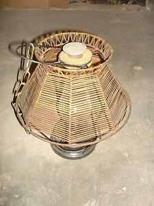 alte-Petroleumlampe-mit-Holzschirm-Schirm-antik