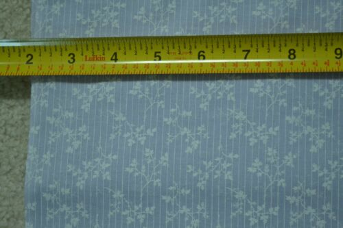 """C1922 44/"""" W Vintage White Leaves /& Stripes on Lavender Cotton By-the-Half-Yard"""