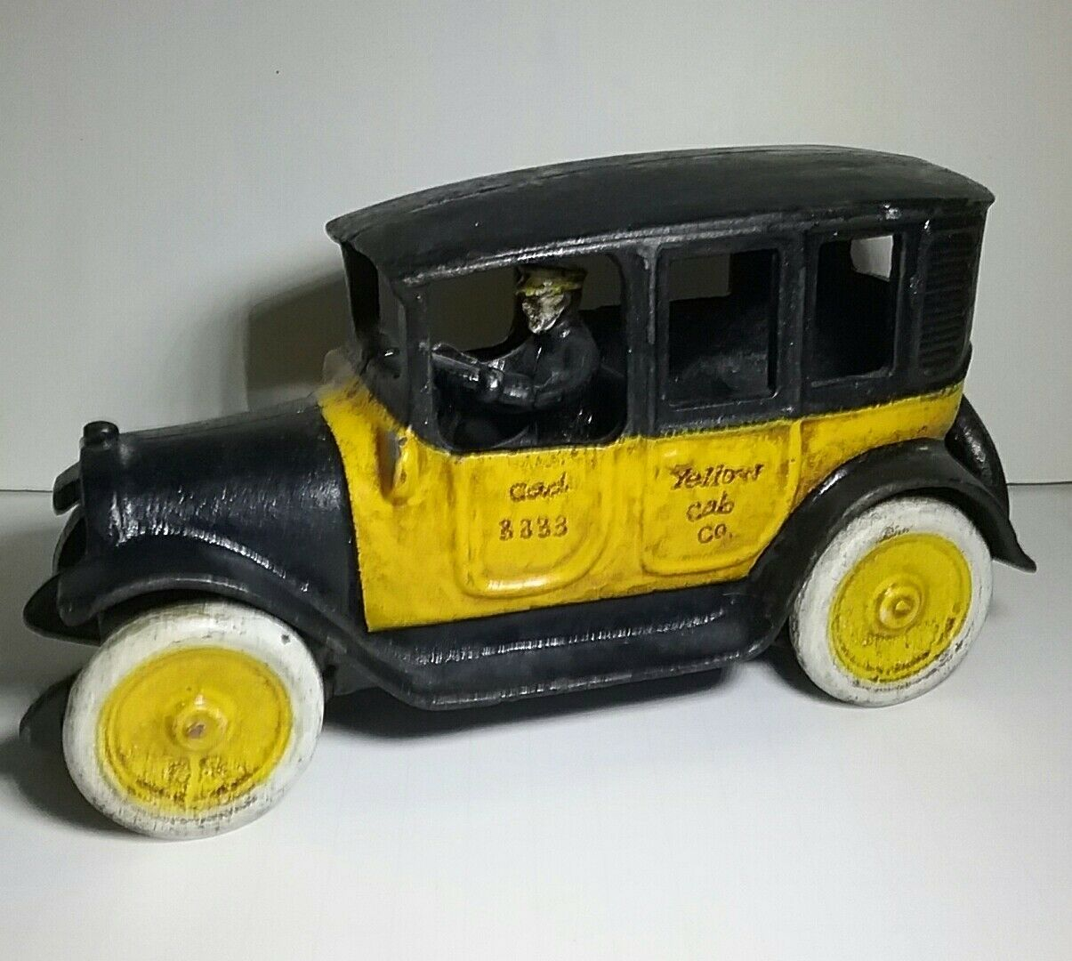 VINTAGE ARCADE REPRODUCTION CAST IRON giallo CAB TAXI WITH DRIVER 9 INCHES