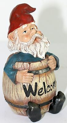 CHEEKY GARDEN GNOME IN Welcome Barrel 22 cm*