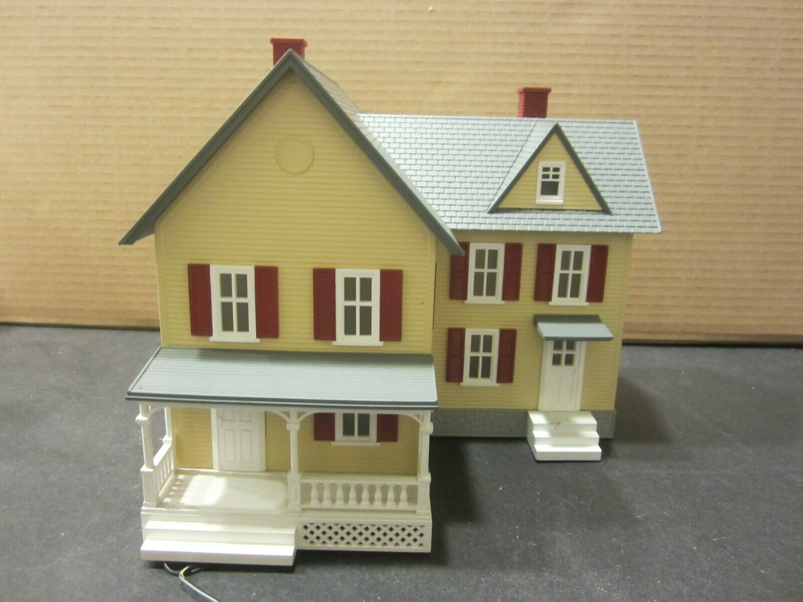 MTH RailKing Iighted 2 Story Farm House Yellow w  red Shutters