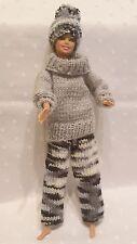 Puppenkleidung,3tlg. passend für Barbiepuppe Hose,Pullover,Mütze Handarbeit 6266