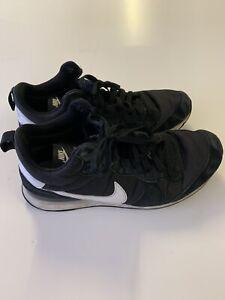 Mens Nike Trainers Size 9 Black. Good
