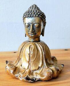 Tête de Bouddha sur un très joli socle en bois doré.