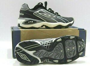 Umbro-BIP-Test-Garcons-Astro-Turf-Baskets-Football-Chaussures-Noir-Argent-Blanc