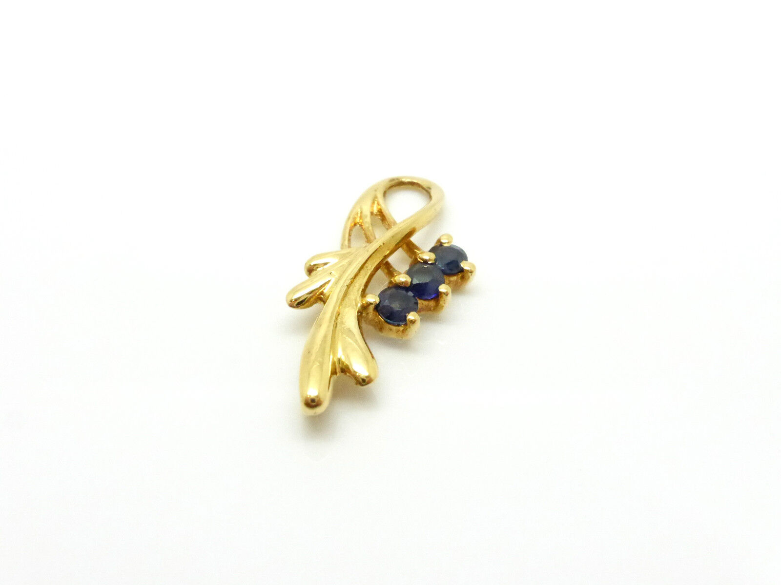 Pendant 18k Yellow gold 750 000 3 Sapphires 0.15 Carat 0.0212oz