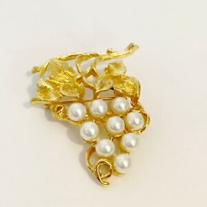 Vintage-Gold-Tone-Faux-Pearl-Fruit-Bunch-Grapes-Vine-Brooch-Pin-Jewelry