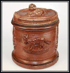 ORIGINAL POT A TABAC EN GRÈS DE BEAUVAIS A L'ITALIENNE - France - ORIGINAL POT A TABAC EN GRS DE BEAUVAIS A L'ITALIENNE Le pot tabac décor de renard, de lapin et la prise du couvercle est en forme de chien. A signaler le pot teint avec deux files de fer, manques et fles. La hauteur du grs est de 15,3 cm. Marqu - France