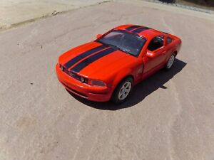 NEW-RAY-Diecast-1-43-FORD-MUSTANG-GT-2005-Rosso-Nero-Strisce-American-Car-Toy