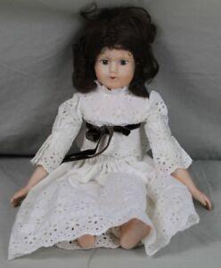 Porzellankopf-Puppe-mit-dunklen-Haaren-amp-weissem-Spitzenkleid-Sammlerpuppe-348