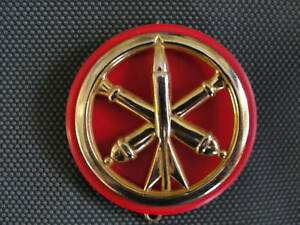 Insigne-de-beret-Artillerie-avec-son-macaron-de-tradition-rouge-ecarlate