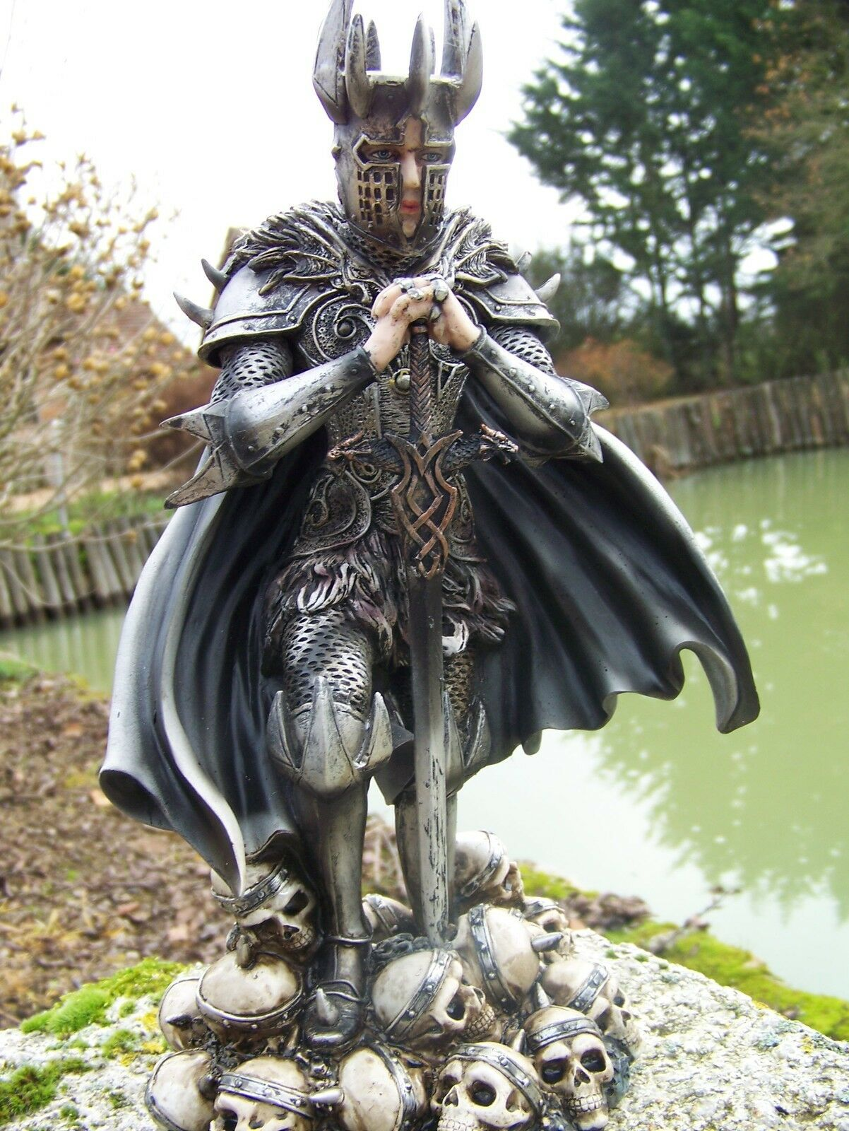 AP080F   FIGURINE  STATUETTE CHEVALIER SUR  TETE  DE  MORT CRANE  HEROIC fantasyc