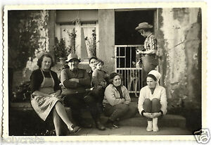photo ancienne portrait de famille devant la maison an 1950 ebay. Black Bedroom Furniture Sets. Home Design Ideas