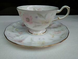 Branded-Pretty-NARUMI-Made-in-Japan-CUP-amp-SAUCER-Hand-Painted-Floral-Design