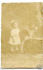 Photo ancienne portrait petite fille avec chien empaillé - an. 1900