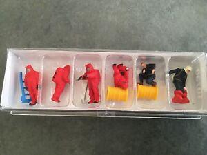 Feuerwehrmaenner-Roter-Vollschutzanzug-Zubehoer-10730-von-Preiser