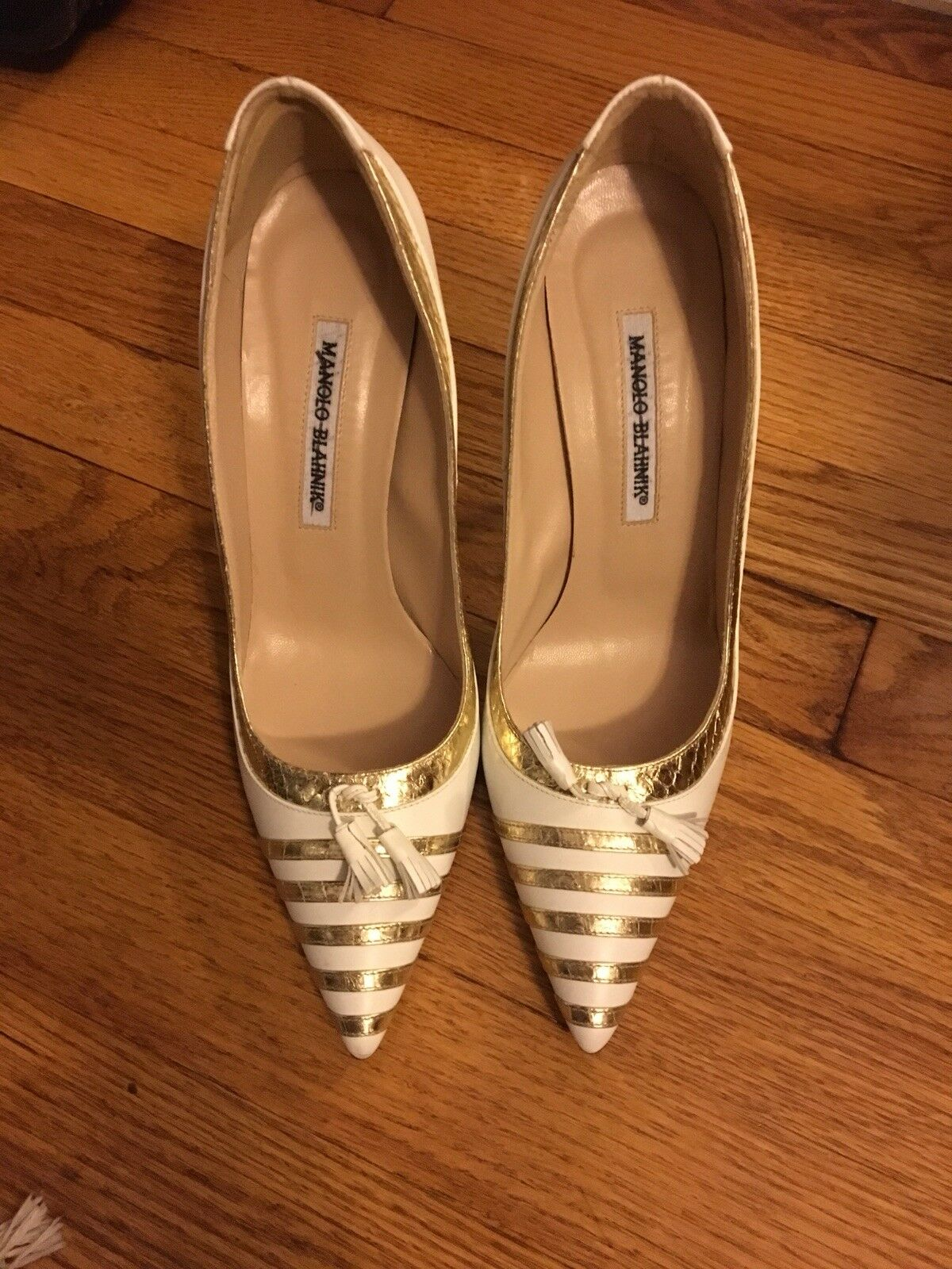 MANOLO BLAHNIK Weiß Gold LEATHER EMBOSSED TASSEL HEELS PUMPS STILETTOS 39 8.5 9