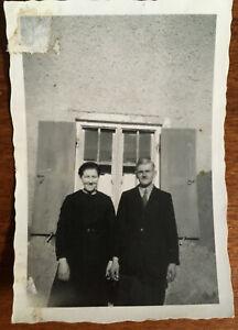 altes-orig-s-w-Foto-laechelndes-Paar-in-schwarzem-Kleid-vor-Fenster-Vintage-Mode