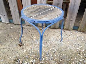 Antico sgabello o seggiola in legno e ferro da stiro battuto molto