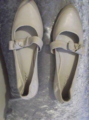 Ecco Damas Zapatos Planos Crema Talla 5.