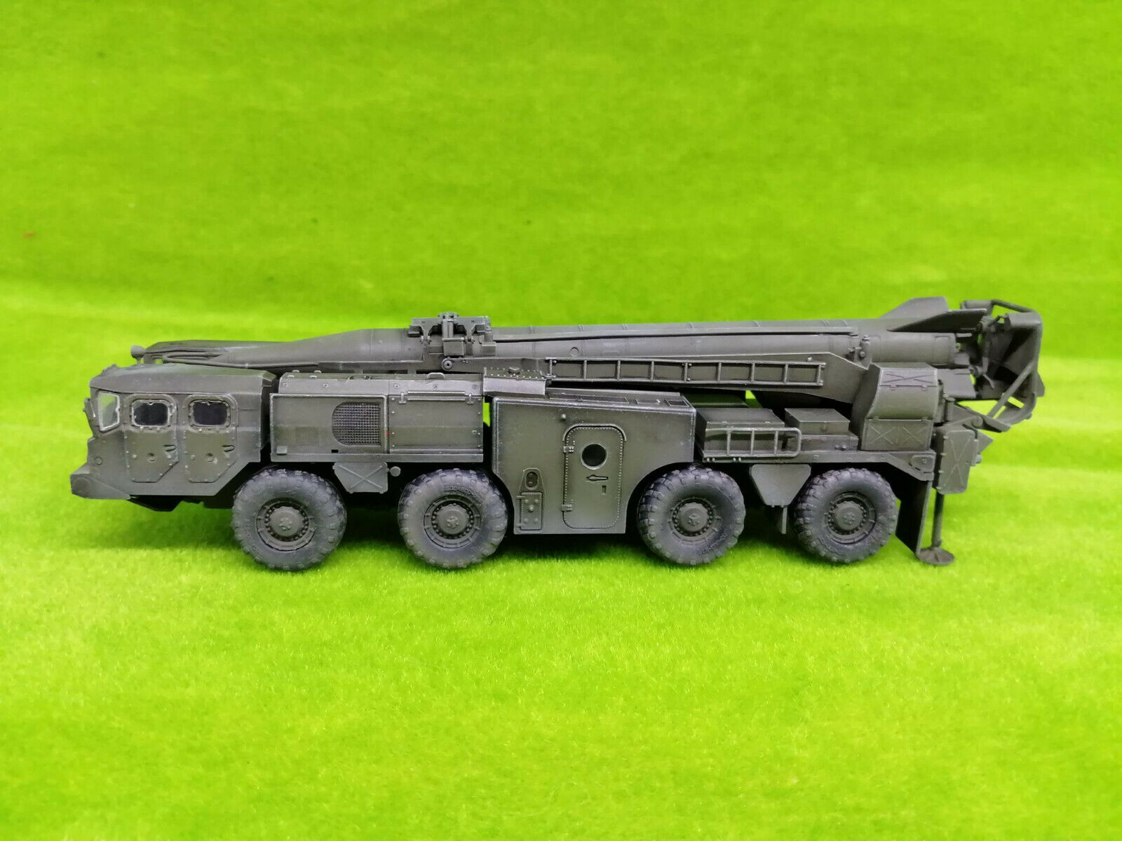ModelCollect AS72139 1 72 Soviet (9P117M1) Laungher with R17 rocket of