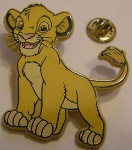 LION-KING-YOUNG-SIMBA-smiling-Disney-vintage-LARGE-PLASTIC-pin-badge