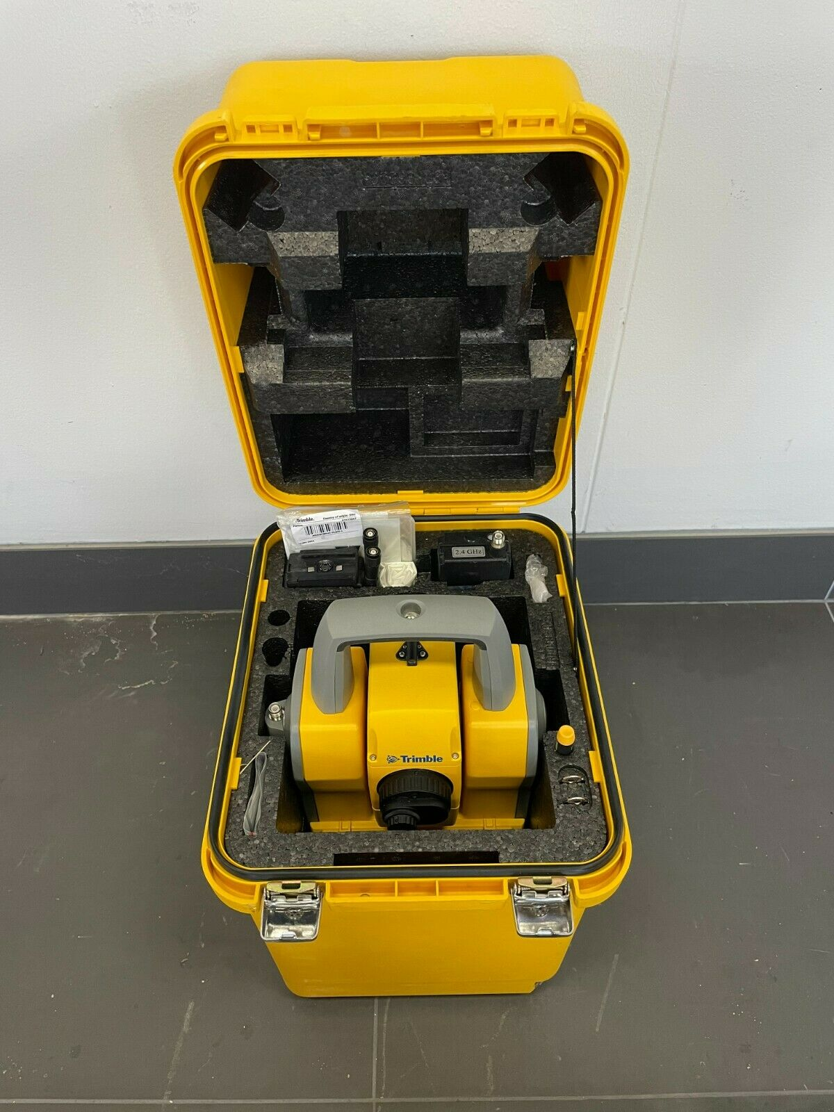 Trimble 5605 DR Standard Robotic Total Station w/ Trimble 2.4 GHz Georadio 5600