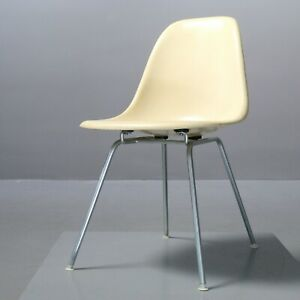 Vintage-Eames-Fiberglass-Chair-Charles-amp-Ray-Eames-Vitra-Herman-Miller-parchment