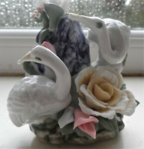 Pretty-little-Figurine-with-EAGRETS-amp-PORCELAIN-FLOWERS-Pottery-Ceramic-Swan-8cm