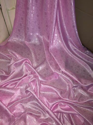 """45/"""" De Ancho £ 2.99 1 MTR Bebé Rosa Floral Vestido Jaquard tela."""