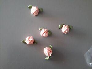 1108-N-5-Applicazioni-forma-di-roselline-in-tessuto-rosa-con-perline-cm-3