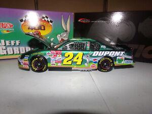 1-24-JEFF-GORDON-24-DUPONT-LOONEY-TUNES-CWB-2001-ACTION-NASCAR-DIECAST