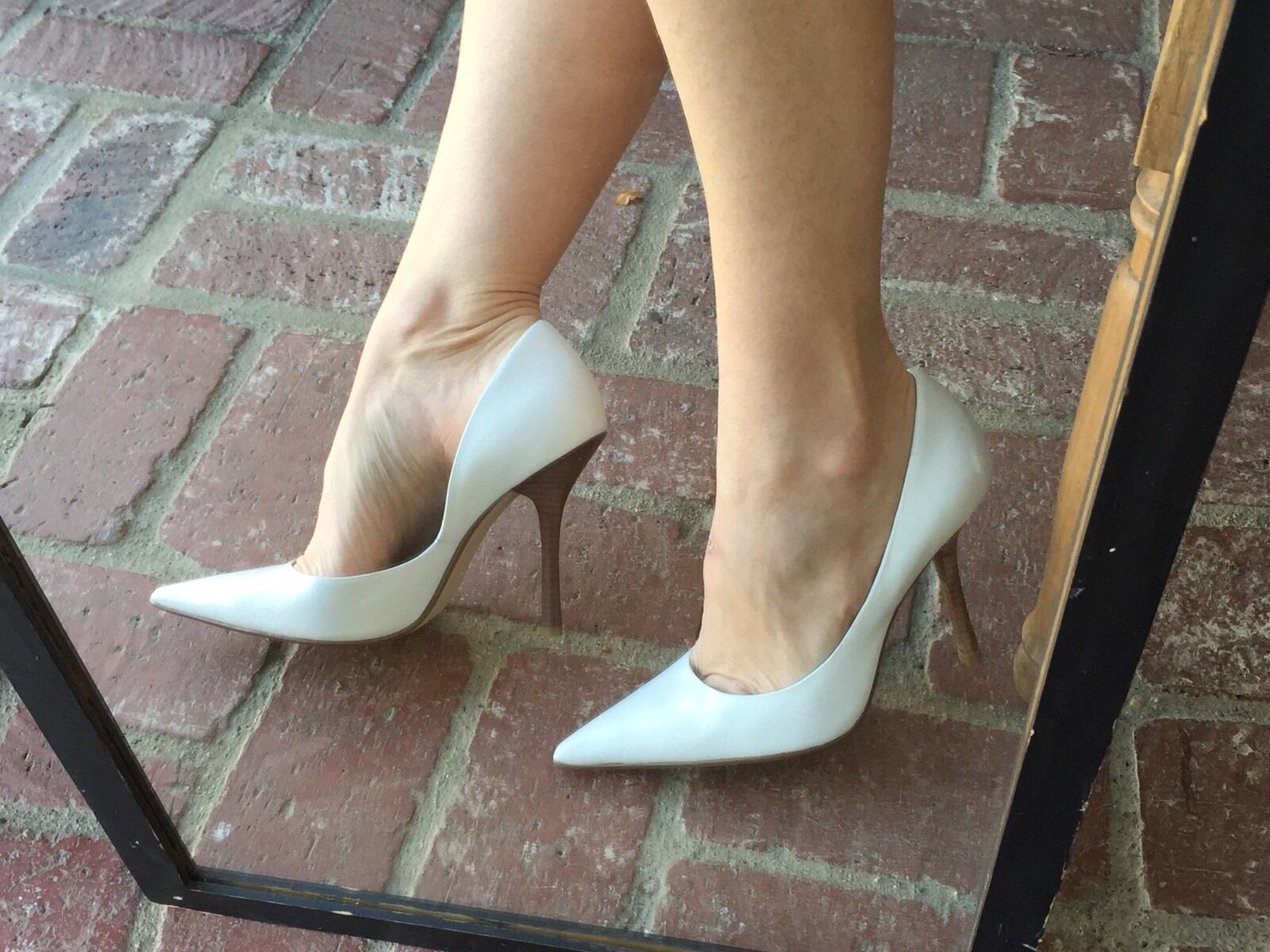 wHiTe LeATheR Pointy Toe EUC 9.5 CARRIE Stilettos Heels PUMP GuESS Wedding