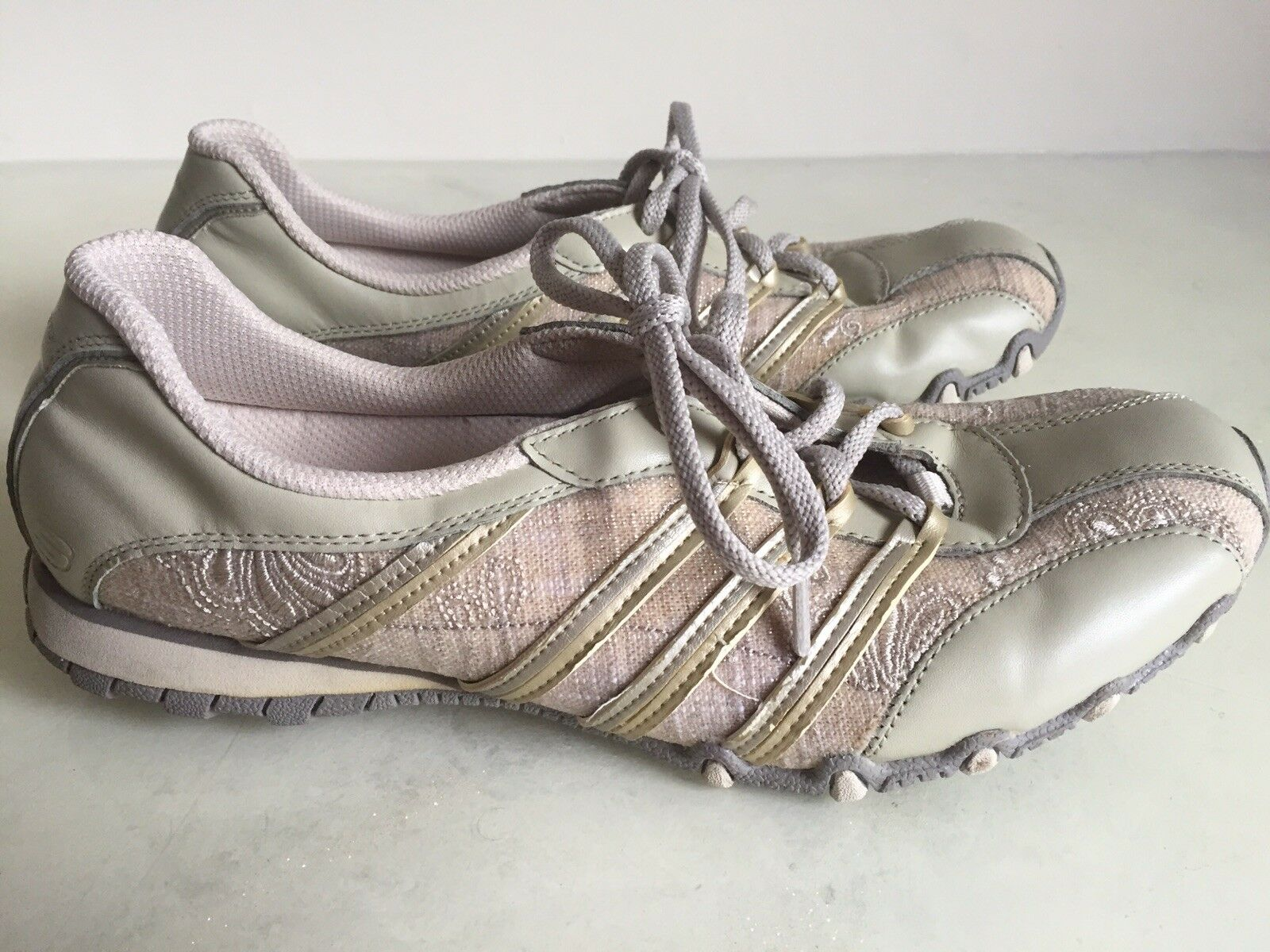 Skechers Womens Cream/Tan embroidered casual shoe size 10 Comfortable and good-looking