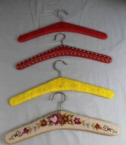 4-aeltere-Kleiderbuegel-Leder-Gobelin-Rot-Gelb-1960er-70er-Jahre-S310